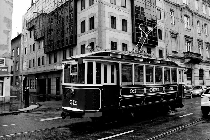 A BKV 611 pályaszámú nosztalgia villamosa a Frankel Leo úton  fotó