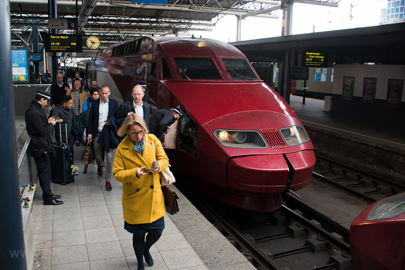 The cover of the Scharfenberg coupler did not open so passengers are disembarked from a Thalys PBA set No. 4535 at Bruxelles Midi / Brussels Zuid photo