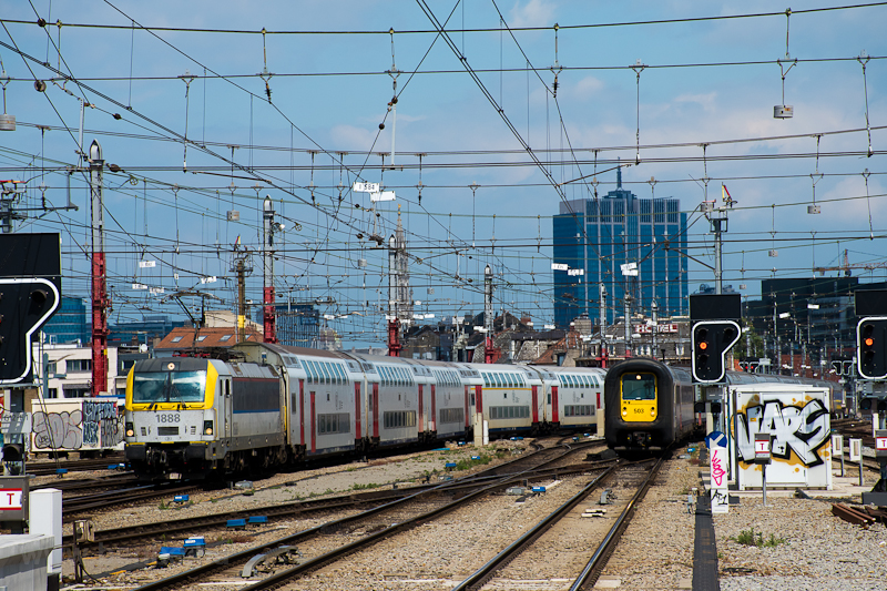 The SNCB Rubbernose AM96 503 and the pre-Vectron 1888 at Brussels photo