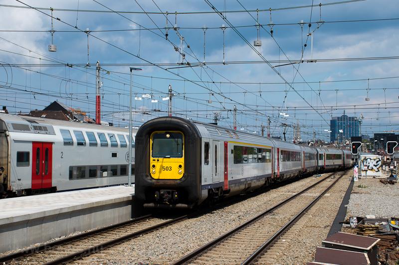 Az SNCB AM96 503 pályaszámú, gumiorrú motorvonat Brüsszel Gare de Midi állomáson fotó