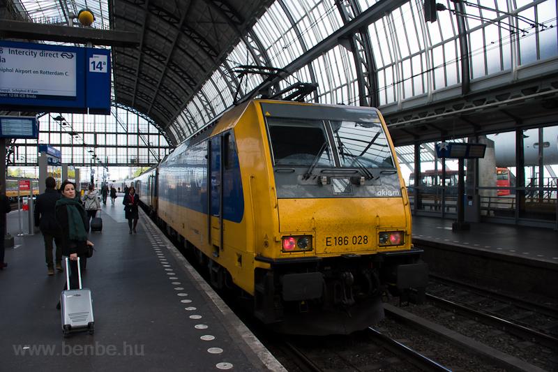 Az NS Akiemtől bérelt E186 028 pályaszámú mozdonya egy Bredába készülő roncsderbi-szendvics végén. A kép Amsterdam Centraal állomáson készült.  fotó
