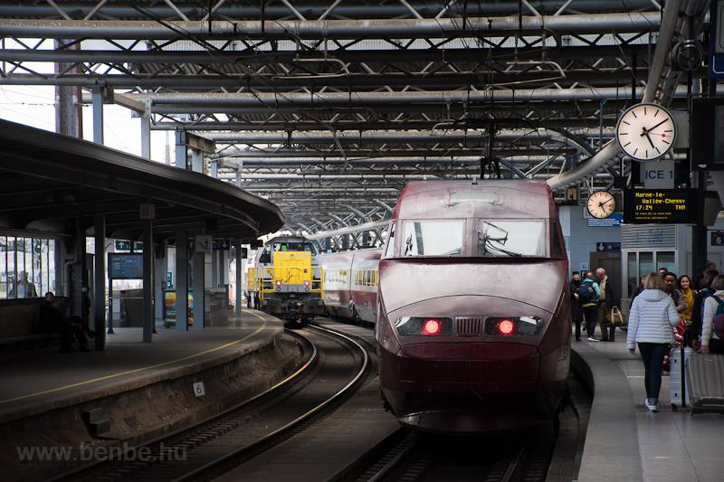 Egy Thalys PBA nagysebességű vonat és az SNCB 77 sorozatú, 7738 pályaszámú tolatómozdonya Bruxelles Midi / Brussels Zuid állomáson fotó