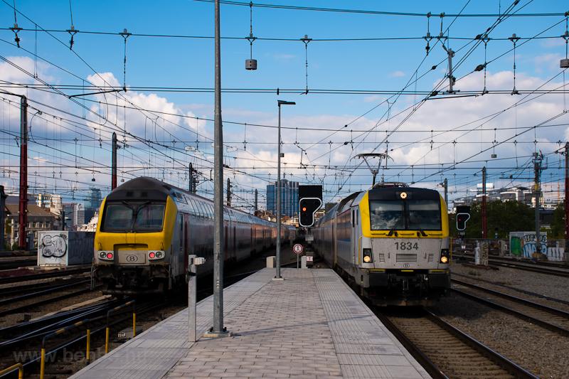 Az SNCB/NMBS HLE 18 1834 pályaszámú ES60U3 típusú villanymozdonya és egy emeletes vezérlőkocsi Bruxelles Midi állomáson (Brussels Zuid) fotó