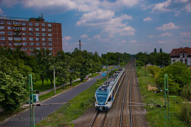 A MÁV-START 415 082 a Körvasúton, Pécelről az esztergomi vonalra tart személyvonattal. Így először kelt át menetrendi személyszállító vonat a mára villamosított Marcheggi-hídon is.  fotó