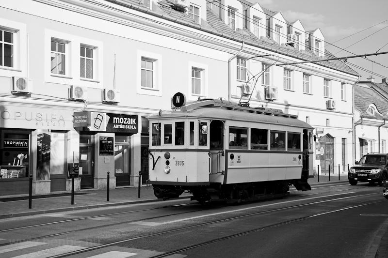 A BKV 2806 pályaszámú, K-típusú nosztalgia villamosa Budapesten, a Nagyszombat utcánál, az Árpád Gimnáziumnál  fotó