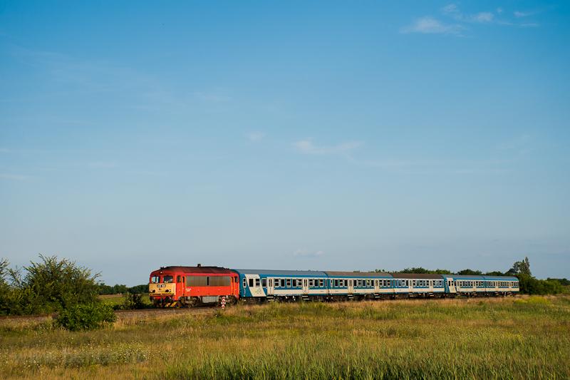 The MÁV-START 418 165 is seen hauling the charter train of the participants of Ozora Festival between Sárszentágota and Sárkeresztúr photo