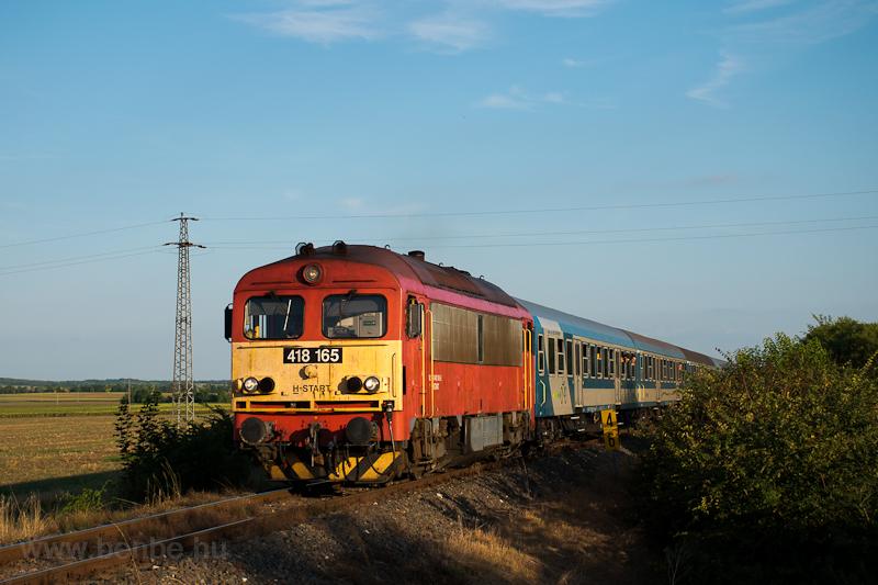 A MÁV-START 418 165 az Ozora-fesztiválról hazatérők különvonatával Sárkeresztúr és Aba-Sárkeresztúr között  fotó