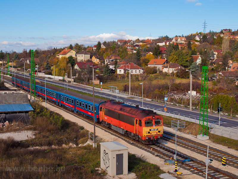 The MÁV-START 418 327 seen between Aranyvölgy and Óbuda photo