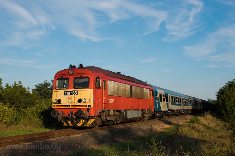 A MÁV-START 418 165 az Ozora-fesztiválról hazatérők különvonatával Bodakajtor-Felsőszentiván és Belsőbáránd között  fotó
