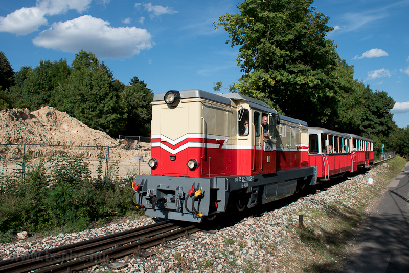 The Mk45 2001 has received its original colour scheme and is on a load test with the small panoramic and a large panoramic car on the Budapest Children s Railway. The photo has been taken between Normafa and Csillebérc stops. I recommend having a look at this video as well:      photo