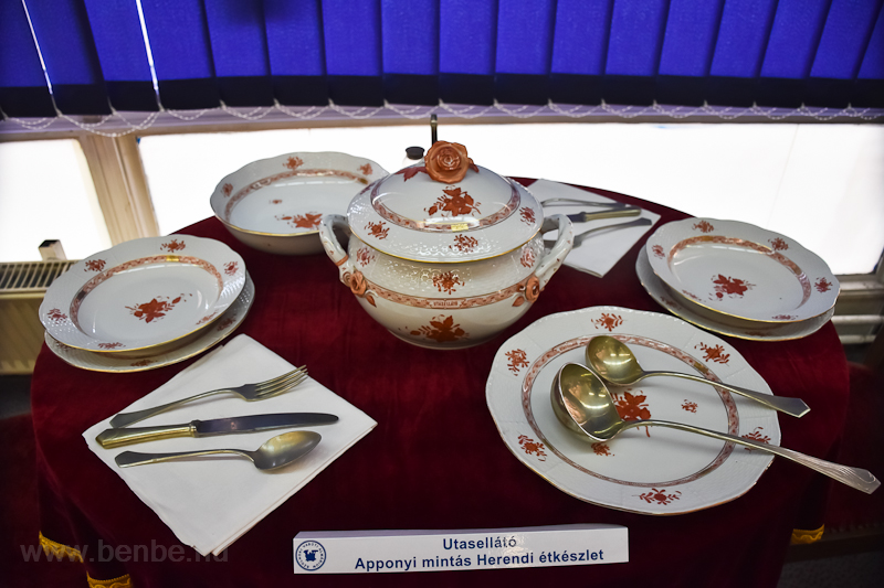 Az Utasellátó Apponyi-mintás Herendi étkészlete kiállítva a Szolnoki Vasutas Almáriumban  fotó