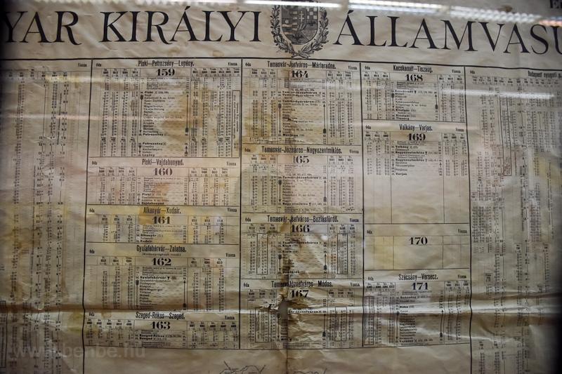 Régi menetrendek (Piski-Petrozsény, Temesvár-Buziásfürdő, Szécsány-Versecz, stb.) kiállítva a szolnoki Vasutas Almáriumban  fotó