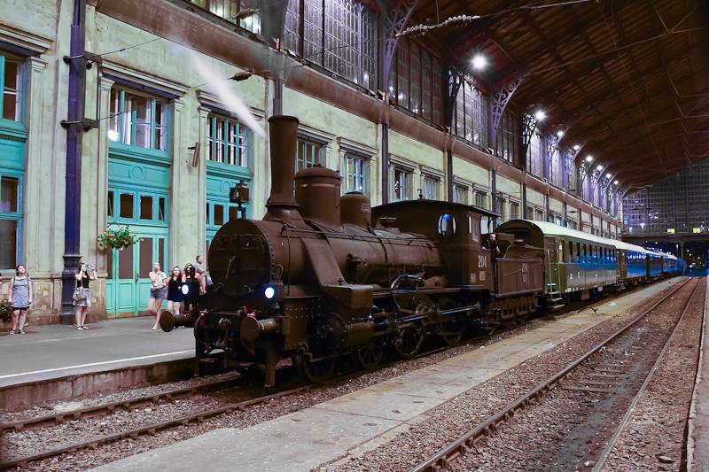 A MÁV Nosztalgia kft. Ia. osztályú, 204 pályaszámú gőzmozdonya Szolnokról érkezett nosztalgiavonatával Budapest-Nyugati pályaudvarra  fotó