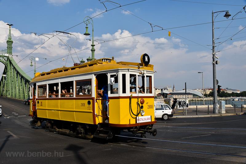 A BKV 2806-os, favázas nosztalgiavillamosa utolsó üzemi állapotban és festéssel a Szent Gellért téren  fotó