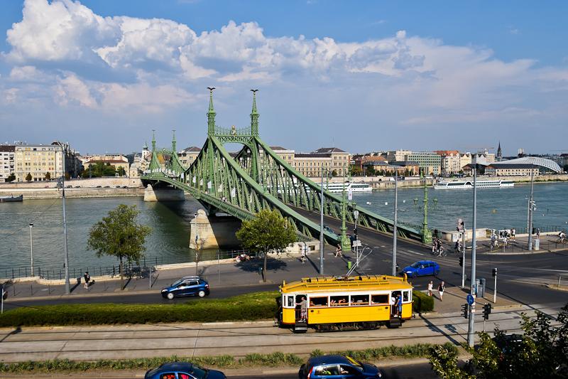 A BKV 2806-os, favázas nosztalgiavillamosa utolsó üzemi állapotban és festéssel a Szent Gellért téren, a háttérben a Szabadság-híddal, a Dunával, a Corvinus Egyetemmel és szállodahajókkal  fotó