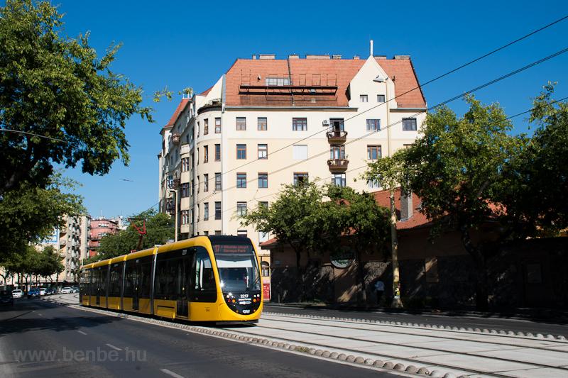 A BKK 2217 pályaszámú, rövid CAF villamos a 17-es vonalon a Margit körúton  fotó