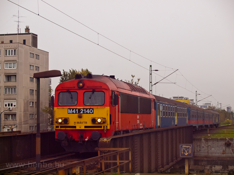 Az M41 2140 vegyesen hagyományos (klasszik) és posta-Bhv-kból álló vonatával Zuglóba érkezik  fotó