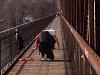 Szexi fotók készítése közben a vasúti hídon