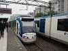 Villamos indul az alacsonyperon mellől Den Haag - Laan van NOI állomáson, a háttérben egy metró (Randstad Rail), elöl pedig már a metró magasperonja
