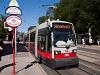 A Wiener Linien 758 pályaszámú Siemens ULF B<sub>1</sub> villamosa a 38-as vonalon Oberdöblingnél, a pontosan a vasút fölötti felüljárón