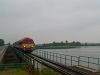 Az M41 2131 a Tisza-tó fölötti hídon