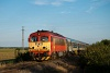 A MÁV-START 418 165 az Ozora-fesztiválról hazatérők különvonatával Sárkeresztúr és Aba-Sárkeresztúr között