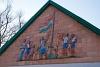 Csillebérc, a felvételi épület északi homlokzatán látható Zászlófelvonást ábrázoló kerámia