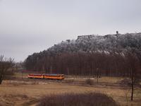 A 117 372 és 117 243 pályaszámú motorkocsikból álló szerelvény a nógrádi vár alatt