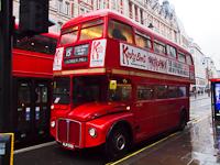 A Transport for London ALM 50B rendszámú RouteMaster emeletes (doubledecker) autóbusza a 15-ös, nosztalgia viszonylaton, a Tower Hill felé