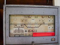 MGB Domino biztosító-berendezés Nätschen esőbeállójába kihelyezve. A vonal teljesen távkezelt, de szükség esetén helyi kezelés lehetséges. A bal-alsó sarokban az áramellátás vezérlése kapott helyet.