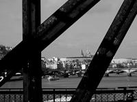 Kilátás a prágai várra a Moldva egyik vasúti hídjáról