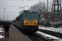 The 630 035 and her Záhony fast train is taking on the passengers of the broken down InterCity at Pestszentlőrinc