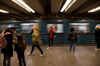Utasok az Árpád híd metróállomáson