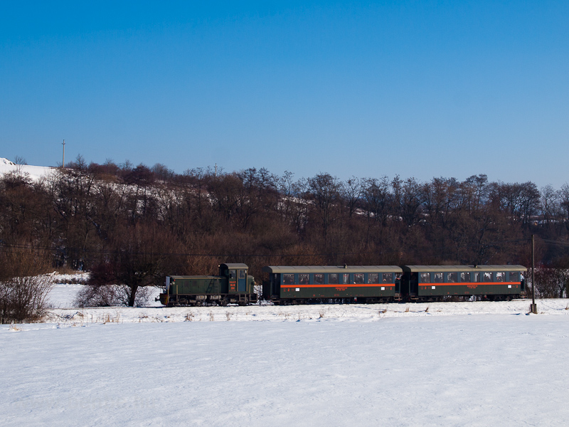 The Királyréti Erdei Vasút Mk48 2014 seen between Szokolya-Riezner and Paphegy photo