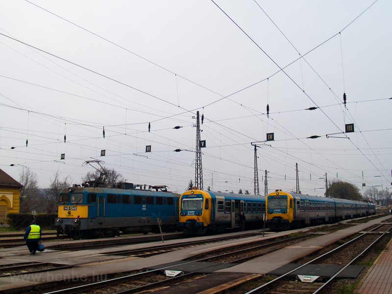 A V43 1342, a Bmxt 018 és a Bmxt 011 Vác állomáson fotó