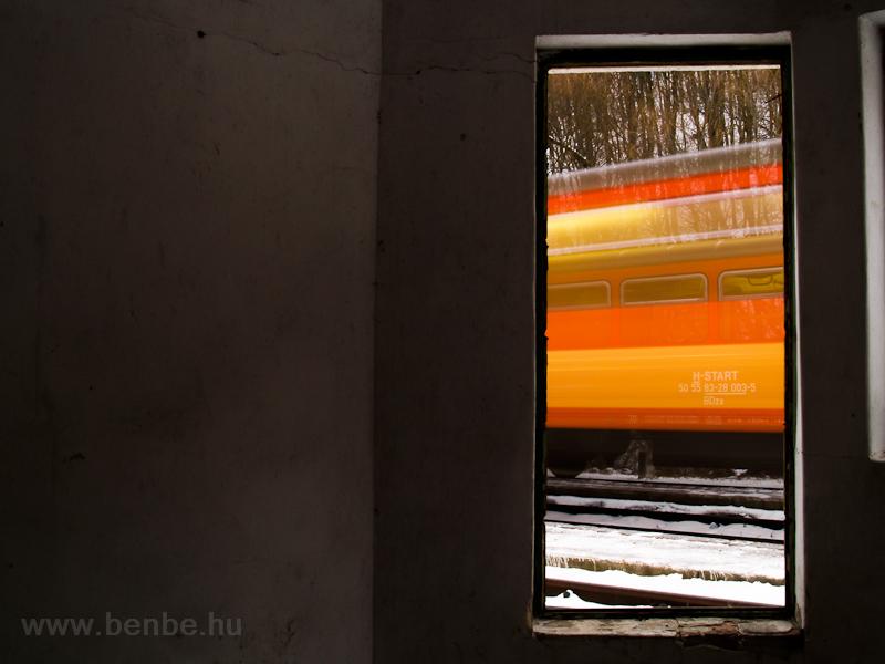 A BDzx car behind an accelerating Bzmot trainset photo