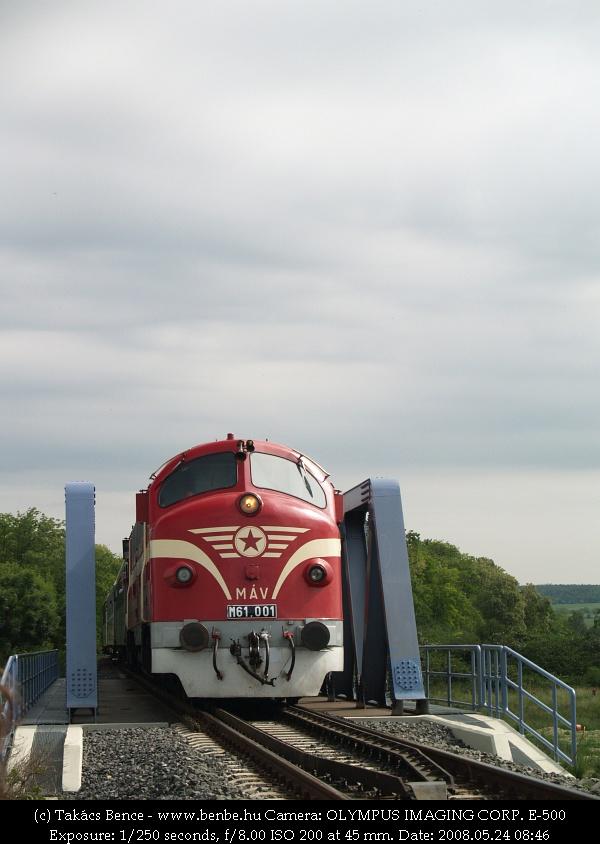 M61 001 az új hídon Balatonakarattya elõtt fotó