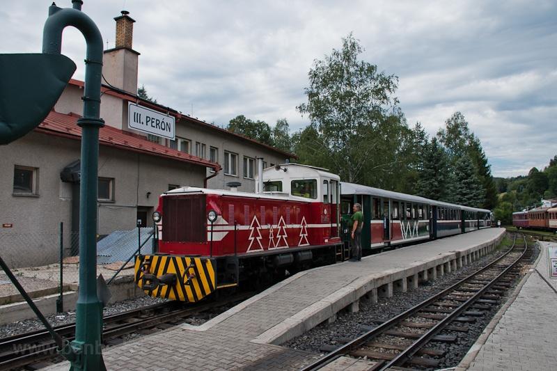 A Čiernohronská Lesná Železnica TU45 001 Feketebalog állomáson fotó