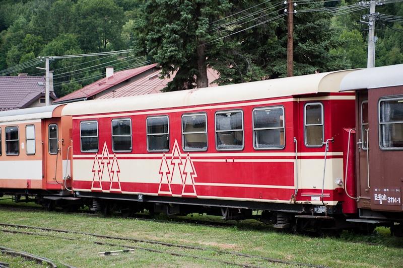A Feketebalogi Erdei Vasút egyik, a Mariazellerbahnról hozott kocsija már hozzá is lett idomítva a helyi festési mintához fotó