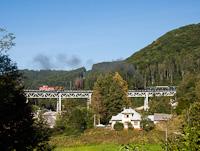 A Magyar Királyi Államvasutak TIVc. osztály 4296 és a ČSD T444.1082 Gömörvég és Fenyves között a Viadukt pod Dielom völgyhídon