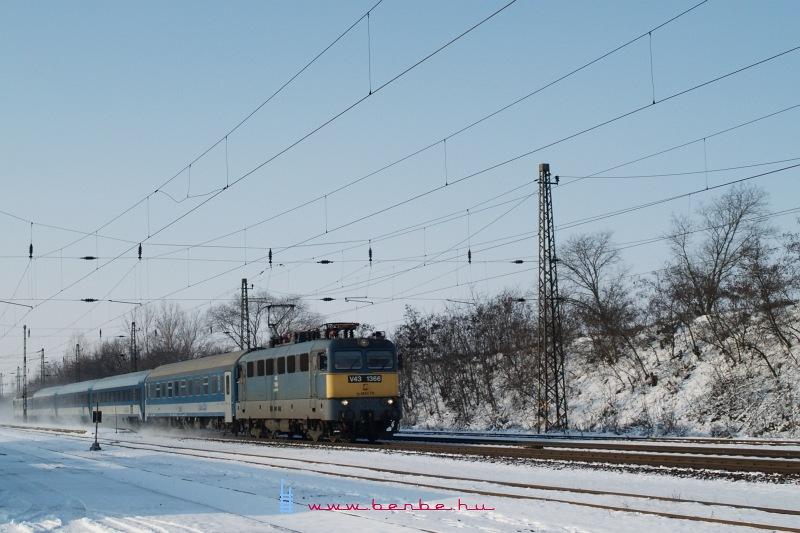 V43 1366 3G IC-kocsikkal Tura állomáson fotó