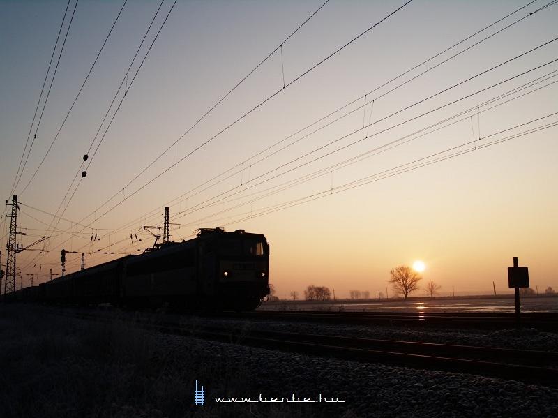 V63 016 tehervonattal a napkeltében Vámosgyörkön fotó