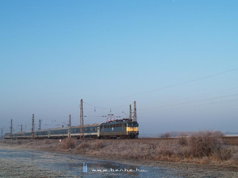 V43 1016 Vámosgyörkön a 657-es Dália IC-vel fotó