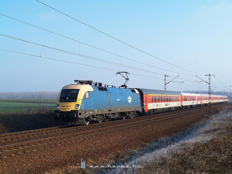 1047 006-0 Ludas és Karácsond között a cseh kocsikból álló Holló IC-vel fotó