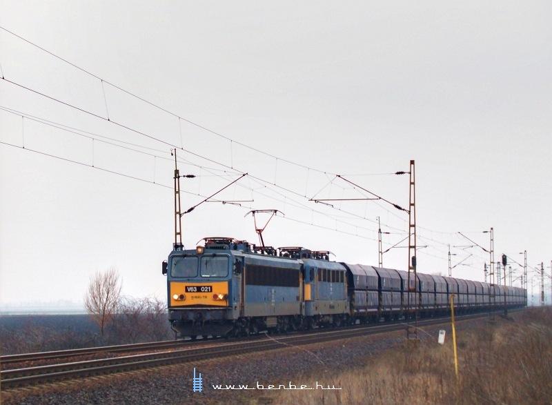 V63 021 egy hidegen továbbított Szilivel egy üres ércvonattal Karácsondnál fotó