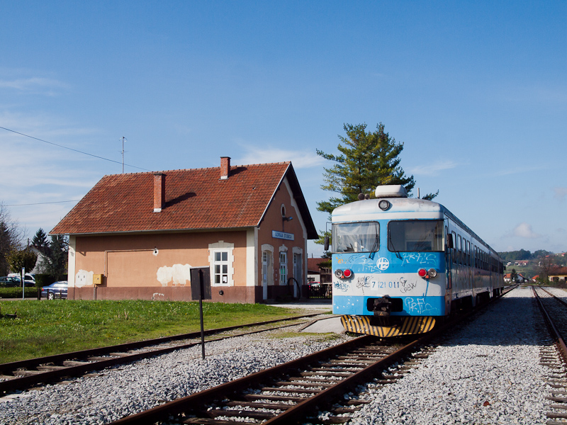 The HŽ 7 121 011 seen  photo