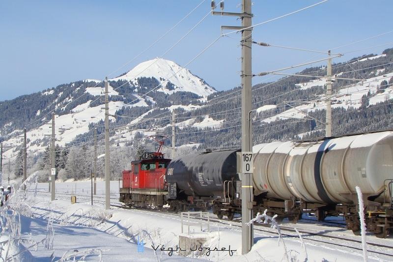 1063 046-5 Kirchberg in Tirol állomás közelében két tartálykocsival fotó