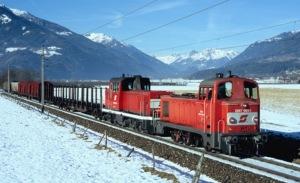 Egy 2067-es és egy 2068-as halad tolatós tehervonatával a hóban