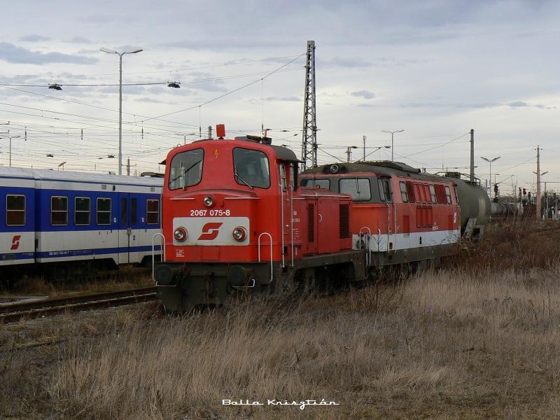 A 2067 075-8 pályaszámú gépet Wiener Neustadtban kapta lencsevégre Balla Krisztián,  pontosan 2008. 01. 12. -én fotó