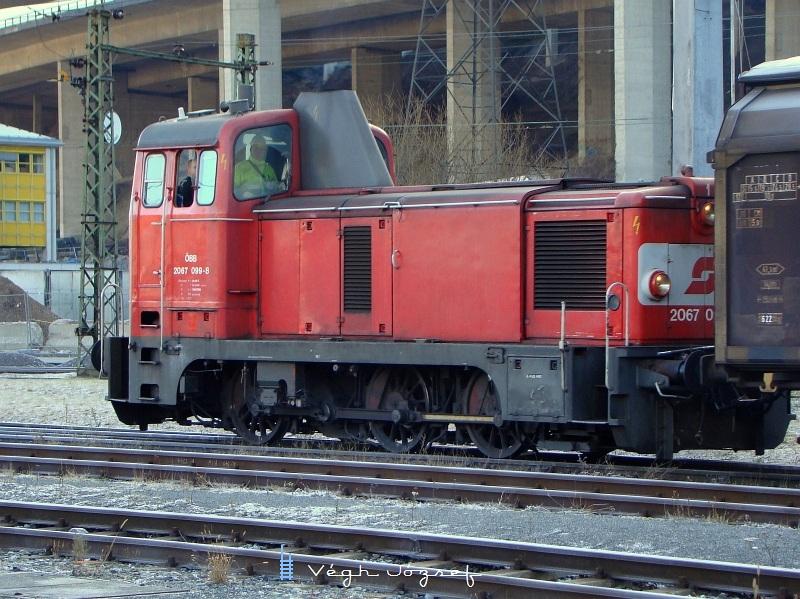 2067 099-8 Innsbruck West állomáson tolat, ahol igazából õ a Fûtõházi tartalék, a teherkocsikat huzza ki-be a szervizcsarnokba fotó